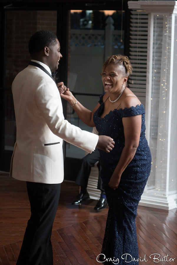 groom dancing with his mom in detroit mI