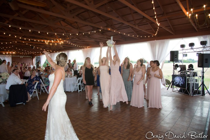 Bouquet toss at Fox HIlls plymouth MI